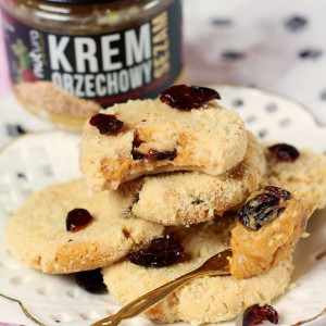 Peanut spread with sesame and cranberry